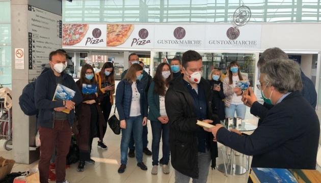 Украинские врачи после трех недель работы в Италии возвращаются домой