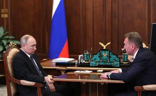 Владимир Путин в странной позе.