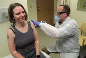 Дженнифер Халлер вводят вакцину от COVID-19.