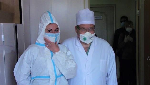 Фонд Порошенко передал больницам 20 тысяч защитных костюмов