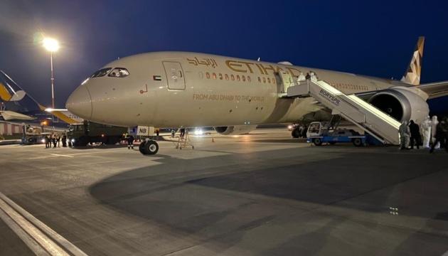 """В """"Борисполе"""" приземлился самолет из ОАЭ с гуманитарным грузом медицинского назначения"""