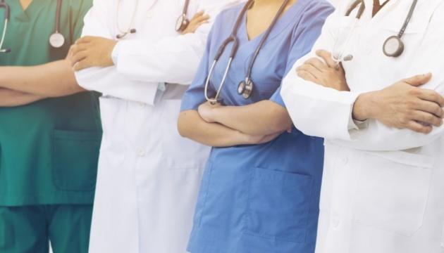 Медики, которые лечат COVID-19, получат надбавки за март через субвенциию