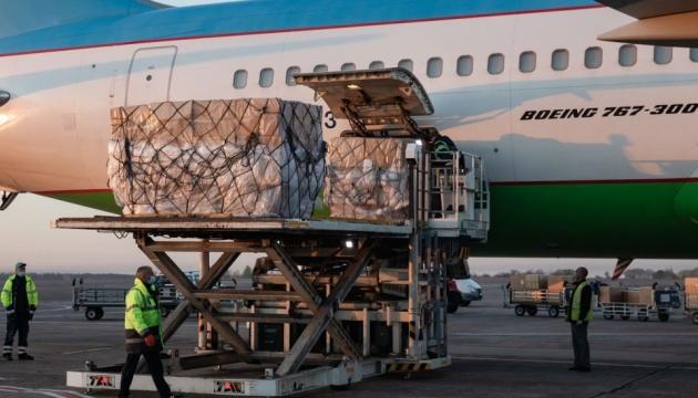 Из Южной Кореи в Киев доставили 42,5 тысячи защитных костюмов для медиков