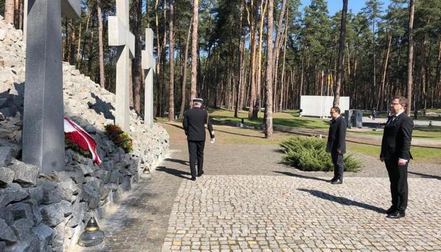Дипломаты Украины и Польши почтили память жертв сталинских репрессий в Быковне