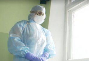 Врач в костюме от коронавируса