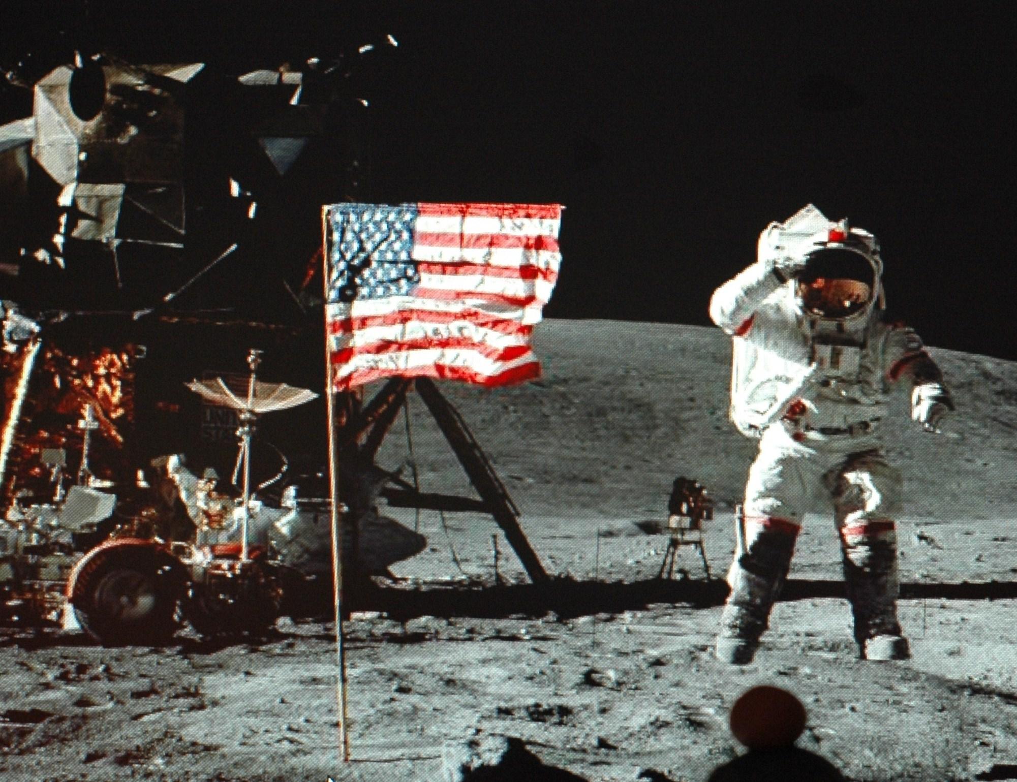 Космонавт США на Луне