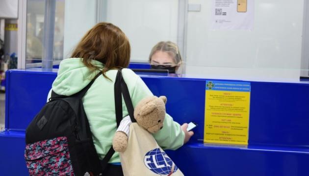 Эвакуационными рейсами вернулись из-за границы еще более 580 украинцев