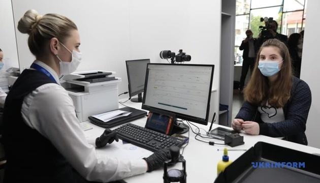 Паспорт и код для 14-летних за один подход: Минцифры презентовало новую услугу