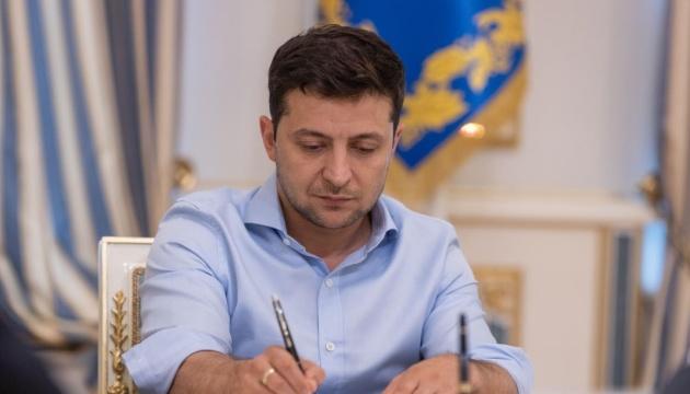 """Президент присвоил звание """"Мать-героиня"""" почти 680 украинкам"""