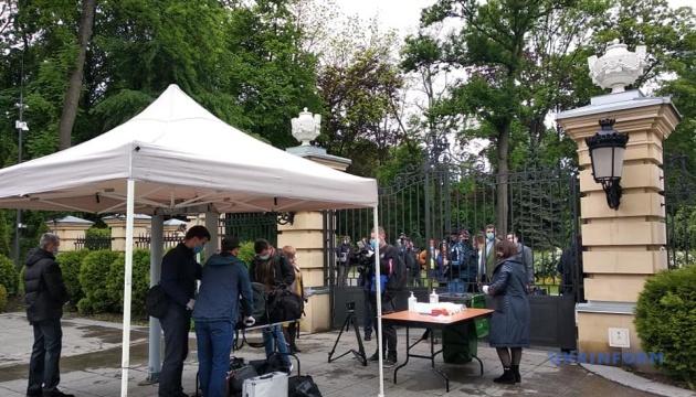 Как журналисты проходят контроль перед пресс-конференцией Зеленского