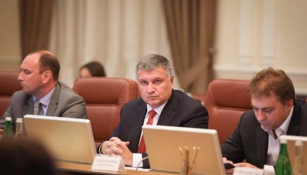 Аваков напомнил об уголовной ответственности за невыплату зарплат медикам