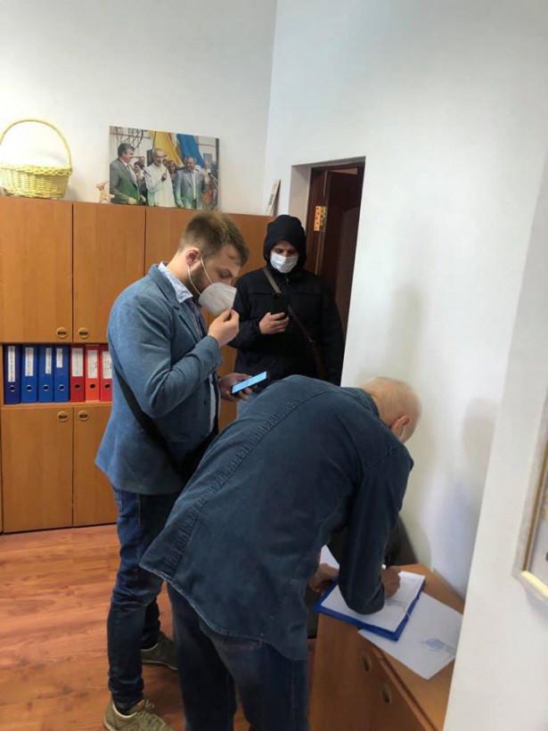 ГБР снова в музее Гончара: следователь принес постановление о аресте картин семьи Порошенко