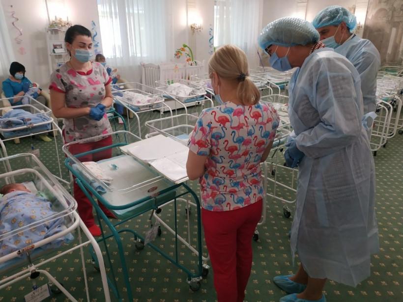 Рожденные суррогатными матерями: Денисова побывала в отеле, где держат 46 младенцев