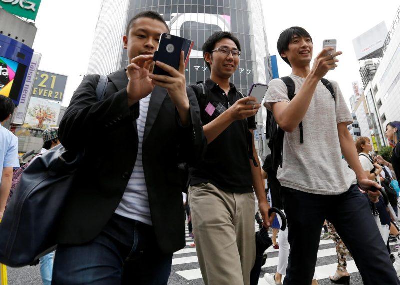 люди со смартфонами в руках