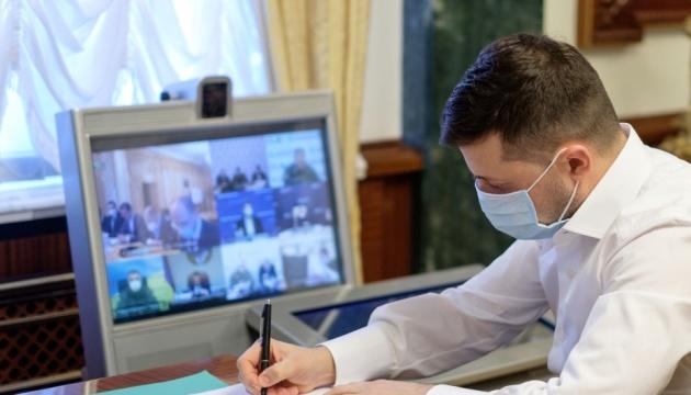 Зеленский наградил медиков по случаю профессионального праздника