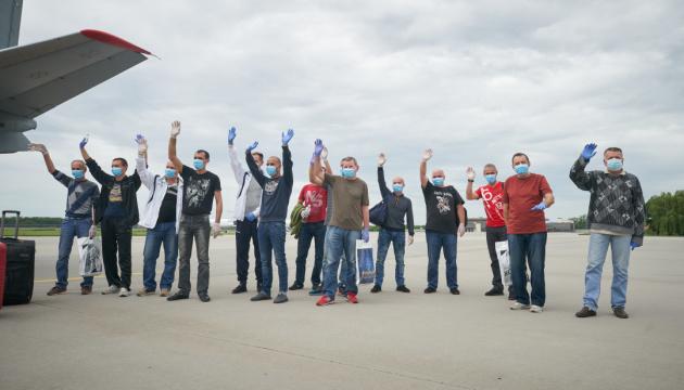14 моряков прилетели в Украину после трех лет в тюрьме Ливии