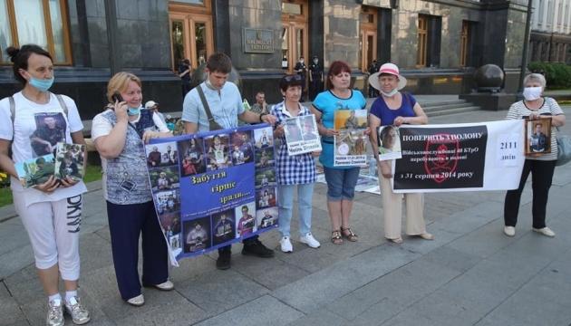 Родственники пленных, пропавших без вести и политзаключенных Кремля пришли на Банковую