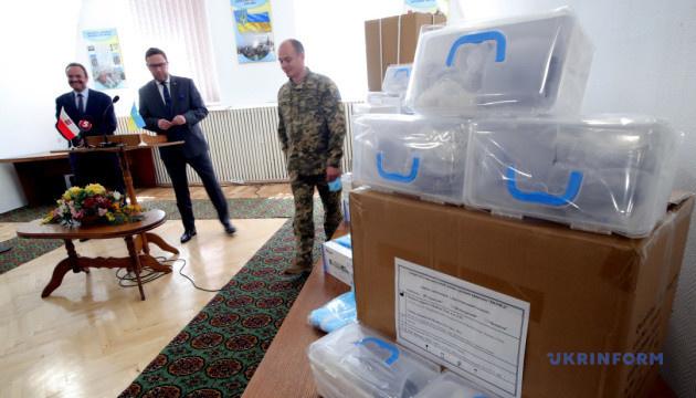 Маски и лекарственные костюмы: военный госпиталь получил помощь от Польши
