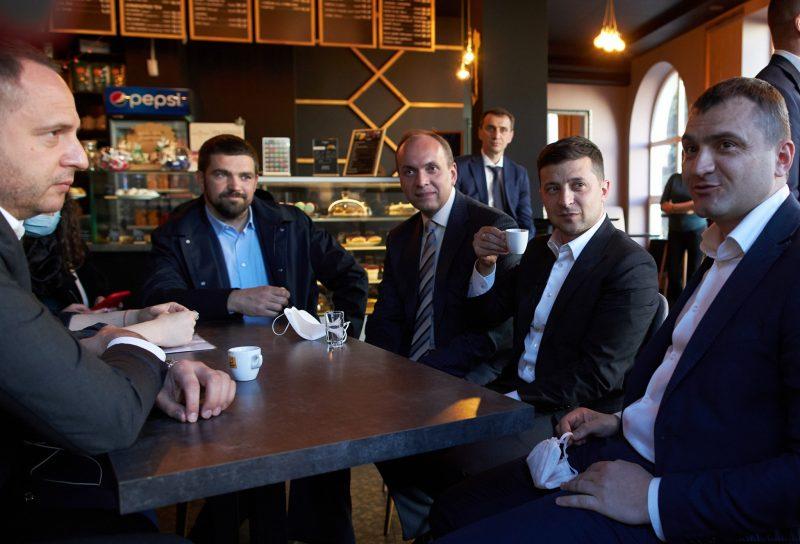 Владимир Зеленский с чиновниками в Хмельницком кафе