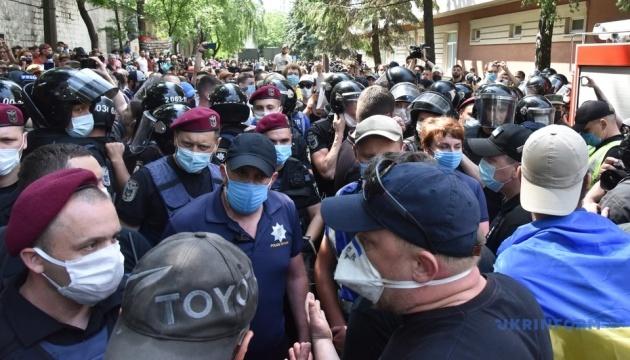 Под судом, где избирают меру пресечения Стерненко, произошло новое столкновение