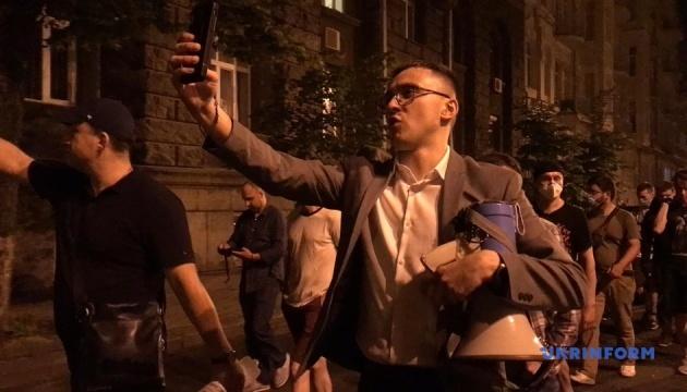 Стерненко и активисты зажгли файеры под домом Зеленского