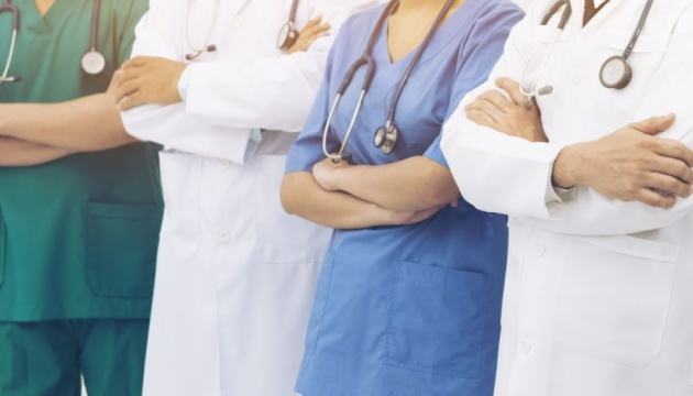 Больных COVID-19 в Украине лечат почти 7 тысяч медиков