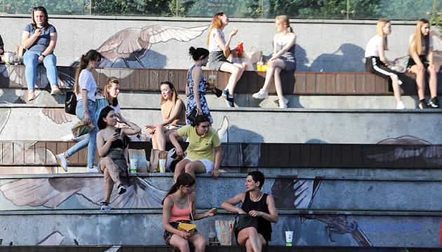 Почти 60% украинцев на карантине ежедневно выходят на улицу
