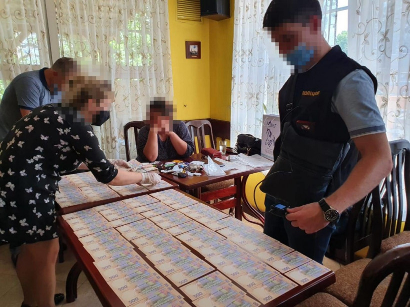 """На взятке поймали """"решалу"""", требовавшую четыре миллиона за влияние на служащих АМКУ"""