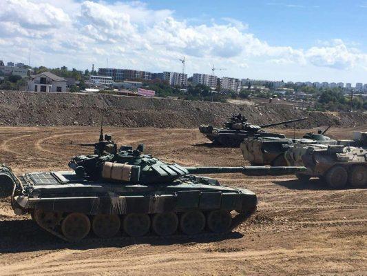 Российские танки прямо возле жилых домов.