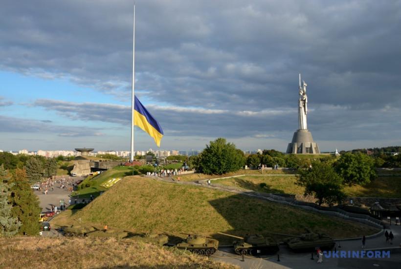 В Киеве официально подняли самый большой флаг Украины