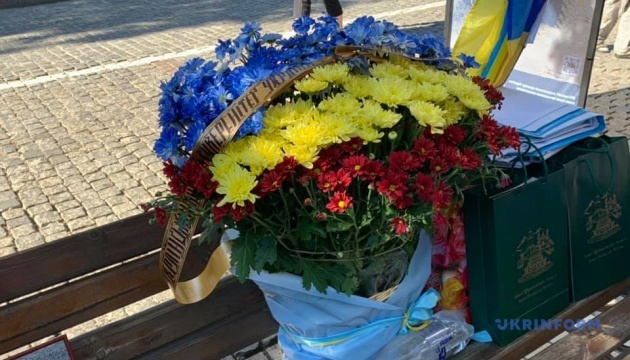 Возле Михайловского Златоверхого отдают дань памяти погибшим героям
