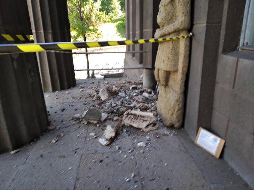 Из здания Национального художественного музея обвалился портик - заведение закрыли