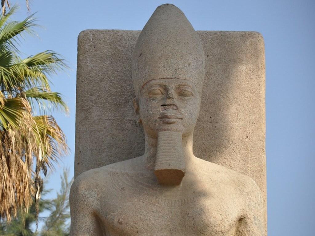 Египетская статуя