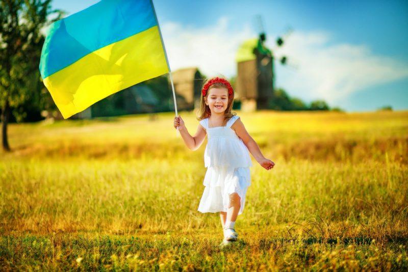 Девочка с флагом Украины