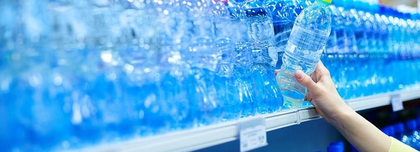 Вода в пластмассовой таре опасна.