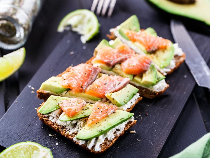 Тост с рыбой и авокадо