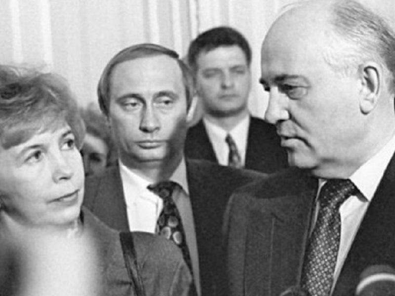 Путин уже тогда знал как попасть во власть.