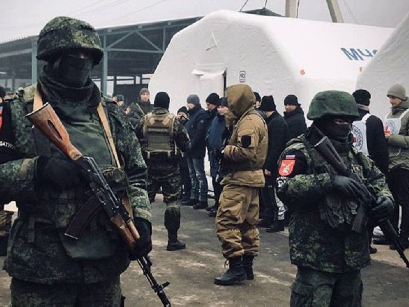 Боевики выдают пленных Украине.
