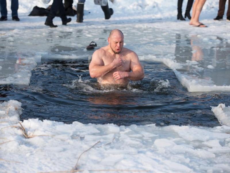 Ныряние в прорубь на Крещение