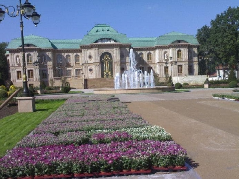 Резиденция Ахметова в донецком ботаническом саду.