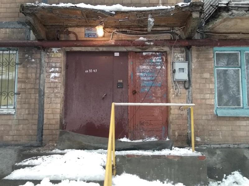 Обрушение конструкций козырька дома в Донецке.
