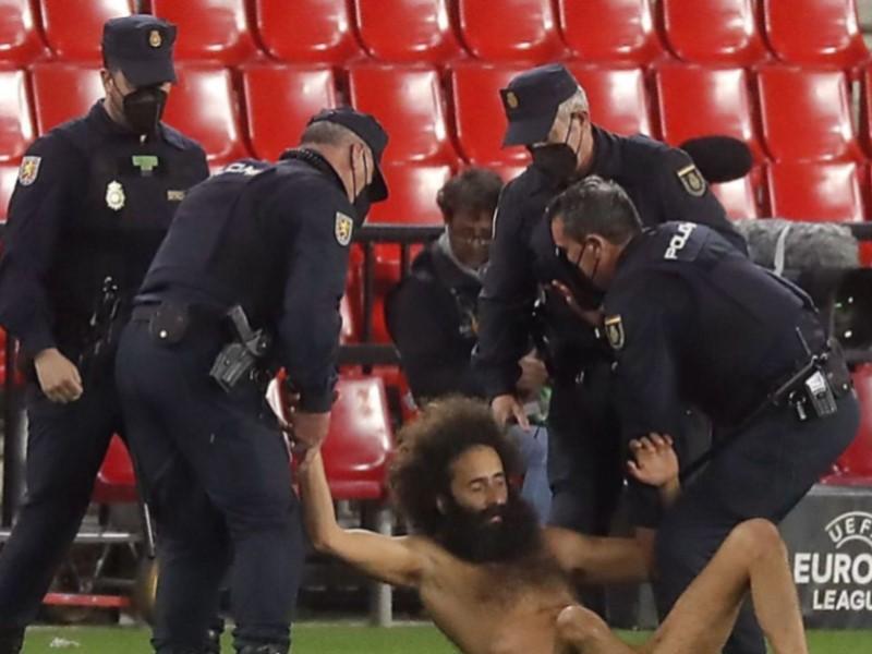 Голый мужчина на матче Лиги Европы
