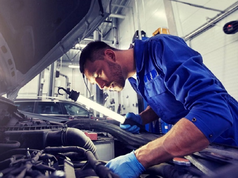 Автоэксперты не советуют долго прогревать двигатель авто на холостых.