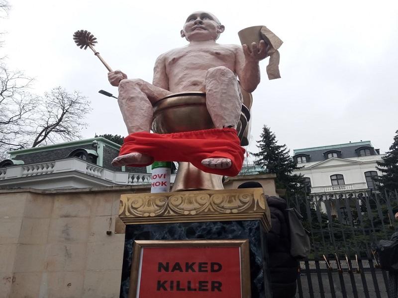 В Чехии увековечили голого Путина на золотом унитазе.
