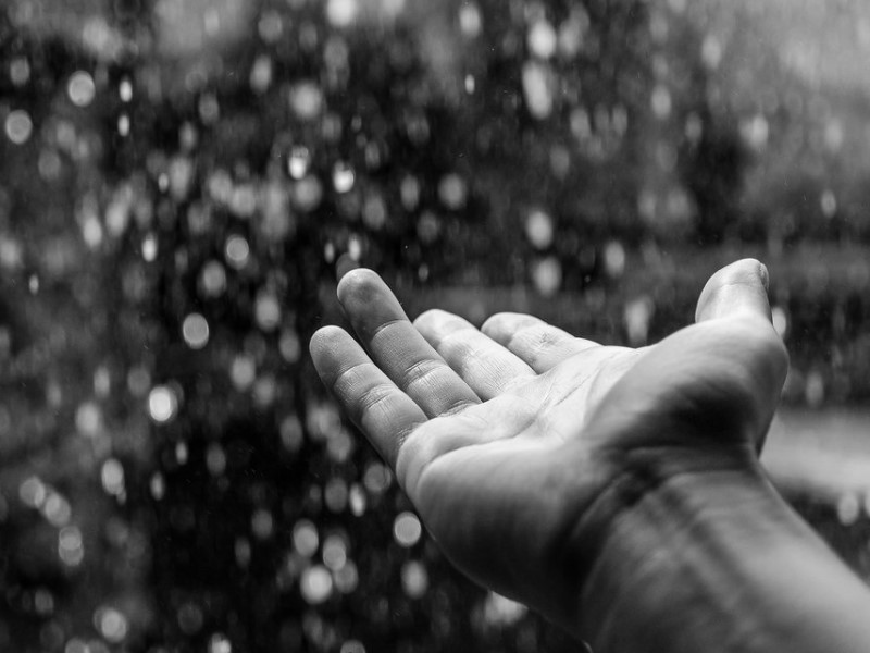Рука и дождь