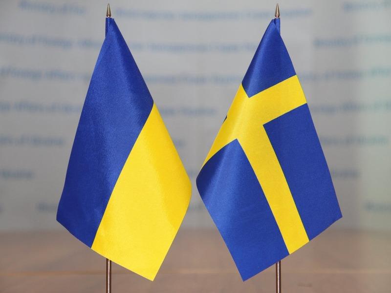 Флаги Украины и Швеции
