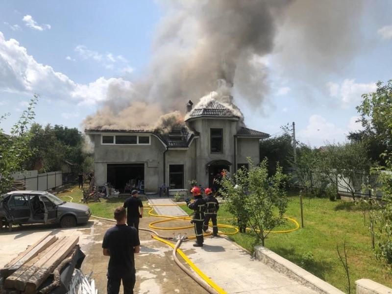 Спортивный самолет упал на жилой дом на Прикарпатье