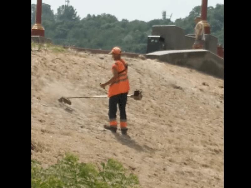 В Киев коммунальщики косят песок.