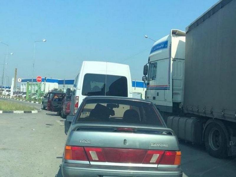 КПВВ на выезде из ОРДО в Россию забиты транспортом.