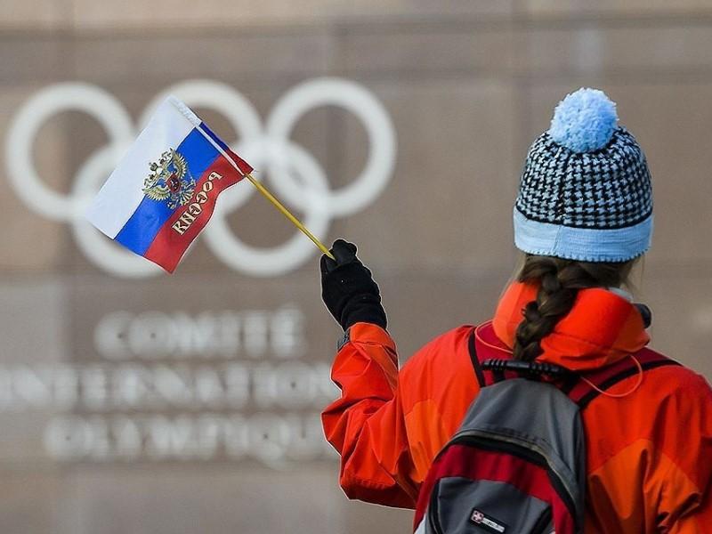 Девочка с флагом РФ